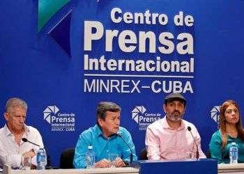 De izquierda a derecha, los delegados del Ejército de Liberación Nacional de Colombia (ELN) Aureliano Carbone, Pablo Beltrán, Bernardo Téllez e Isabel Torres en una conferencia de prensa el jueves 2 de agosto de 2018, en el Centro de Prensa Internacional de La Habana. Foto: Yander Zamora / EFE.