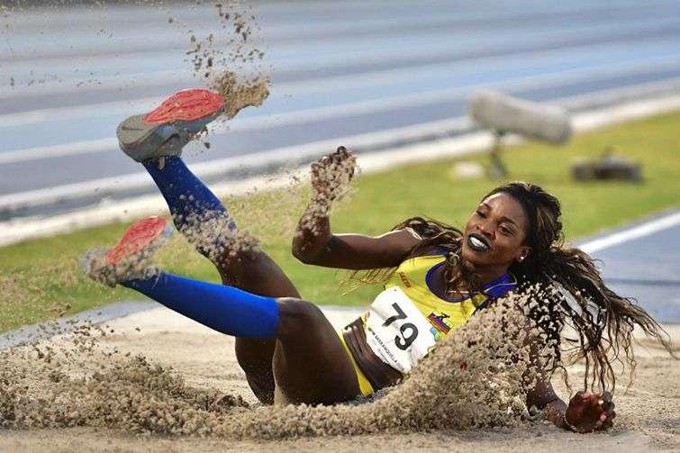 La colombiana Caterine Ibargüen fue una de las estrellas universales en Barranquilla 2018, donde reinó por partida doble salto largo y triple. Foto: @elespectador / twitter.