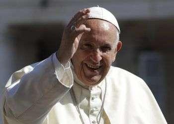 El papa Francisco saluda a los fieles en la Plaza de San Pedro, en el Vaticano. Foto: Alessandra Tarantino / AP / Archivo.