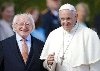 El presidente de Irlanda, Michael D. Higgins (izquierda) y el papa Francisco luego de la llegada del pontífice a la residencia presidencial en Dublín, Irlanda, el sábado 25 de agosto de 2018. Foto: Peter Morrison/AP.