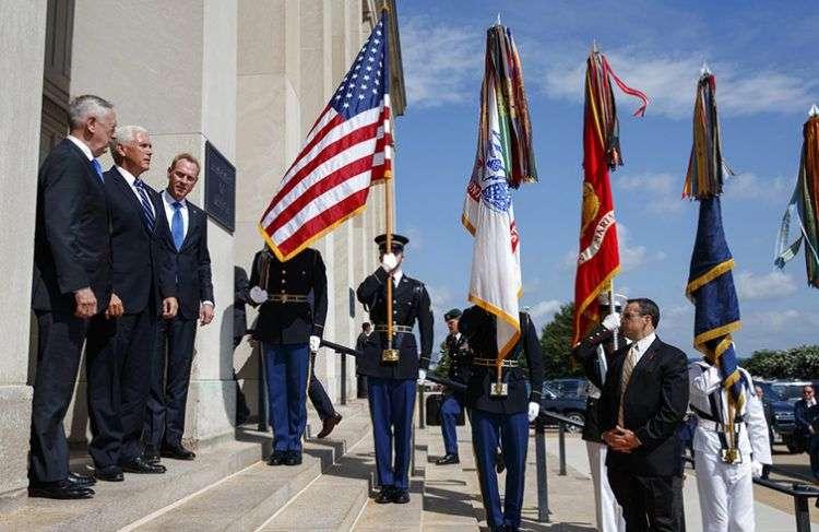 El vicepresidente de Estados Unidos Mike Pence (al centro del escalón superior) es acompañado por el subsecretario de la Defensa Pat Shanahan (derecha) y el secretario de la Defensa Jim Mattis antes de hablar en un acto sobre la creación de la Fuerza Espacial, el jueves 9 de agosto de 2018, en el Pentágono. Foto: Evan Vucci / AP.