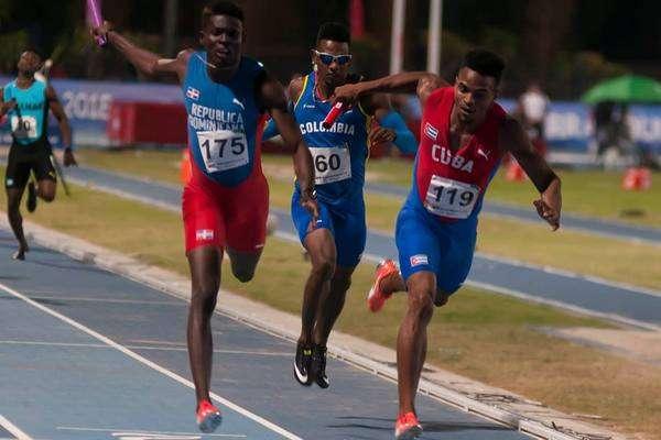 El relevo masculino cubano de 4x400 metros cerró la actividad en la pista con un vibrante triunfo en Barranquilla 2018. Foto: José Meriño / Jit.