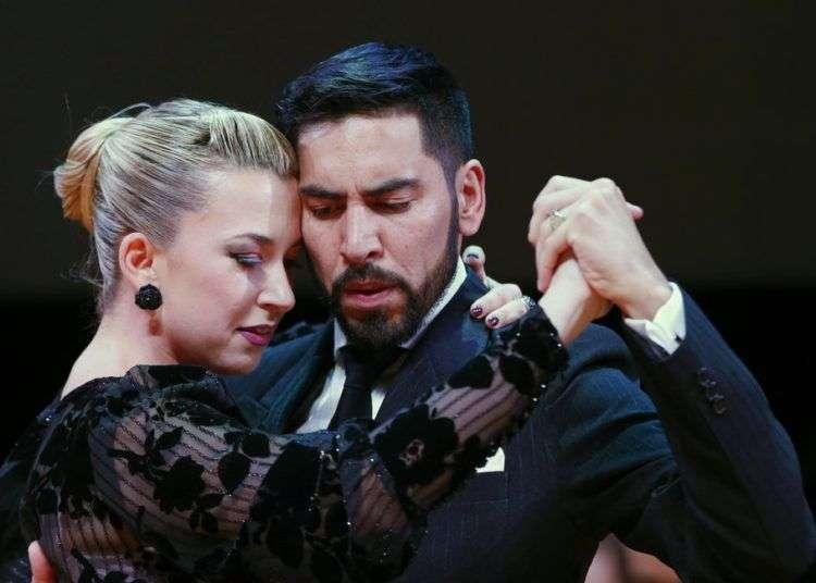 Los argentinos José Salvo y Carla Natalia Rossi bailan tras ganar la final del tango pista del Mundial de Tango en Buenos Aires, Argentina. Foto: Natacha Pisarenko/AP.