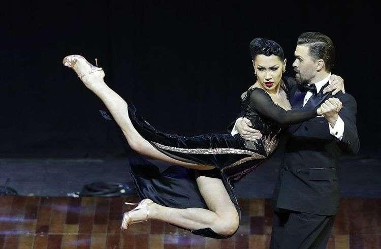 Los rusos Dmitry Vasin y Sagdiana Khamzina, ganadores de la categoría escenario del Mundial de Tango 2018 en Buenos Aires, Argentina. Foto: Natacha Pisarenko / AP.