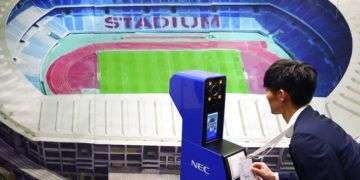 Un trabajador muestra unnuevo sistema de reconocimiento facial que será usado en los Juegos Olímpicos de Tokio 2020. Foto: Eugene Hoshiko / AP.