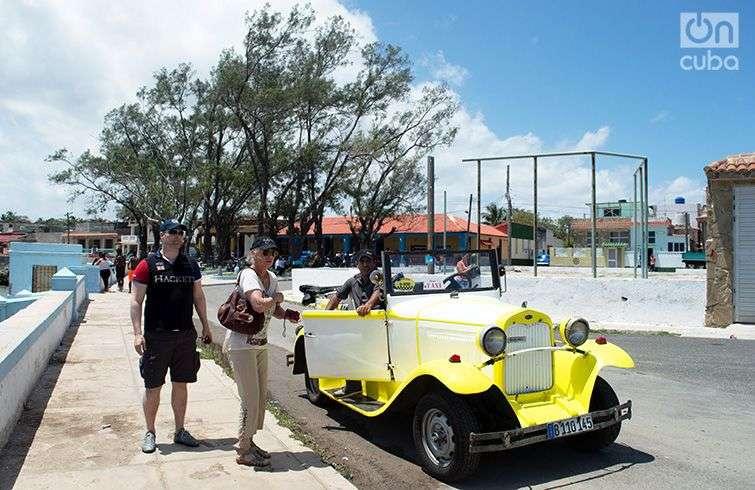 Turistas en Cojímar, al este de La Habana. Foto: Otmaro Rodríguez.