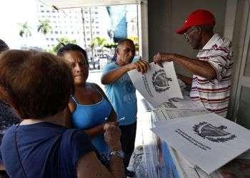 Varias personas hacen cola para comprar el Proyecto de Constitución de la República de Cuba el pasado martes 31 de julio del 2018, en La Habana, al comenzar la venta del tabloide con la propuesta de texto constitucional. Foto: Ernesto Mastrascusa / EFE.