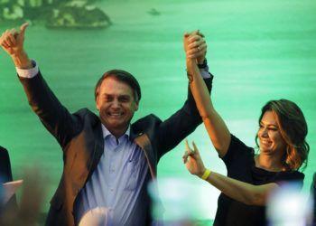 El candidato presidencial Jair Bolsonaro, acompañado de su esposa, Michelle, acepta la candidatura presidencial del Partido Social Liberal, durante un acto en Río de Janeiro, Brasil, el 22 de julio de 2018. Foto: Leo Correa / AP.