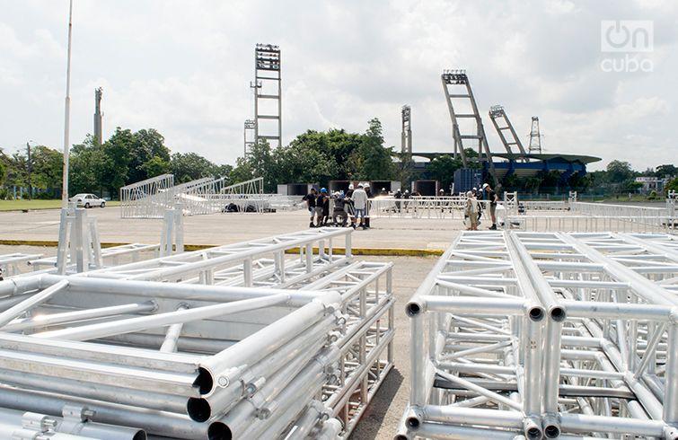 Preparativos del escenario en la Ciudad Deportiva. Foto: Otmaro Rodríguez.