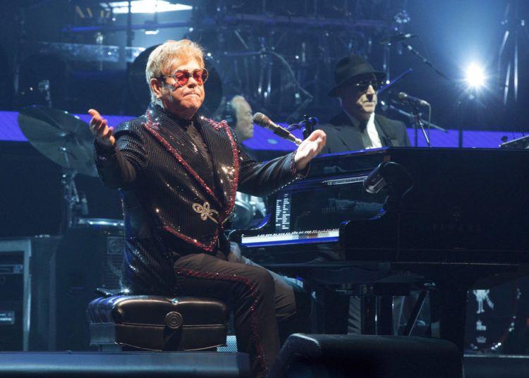 """Elton John presenta el primer concierto de su gira mundial Farewell Yellow Brick Road en el PPL Center en Allentown, Pennsylvania en una fotografía del 8 de septiembre de 2018. El """"Rocket Man"""" comenzó su gira a unos 100 kilómetros (60 millas) de Filadelfia el sábado y cantó con confianza y mucha energía en la ciudad el martes en el segundo concierto de su gira de 300 fechas que pasará por cinco continentes y se extenderá hasta 2021. John dicho que dejará las giras después de estos conciertos. Foto: Owen Sweeney / Invision / AP."""