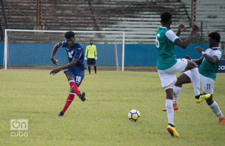 Daniel Luis Sáez (izq) fue una figura fundamental en el medio campo de Cuba, este sábado 8 de septiembre ante Turcas y Caicos, en el Estadio Pedro Marrero de La Habana. Foto: Otmaro Rodríguez.