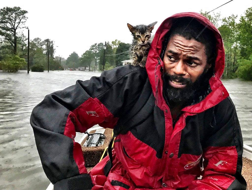 Un miembro de la Guardia Costera camina entre las aguas de una inundación causada por Florence en Newport, Carolina del Norte. Foto: Tom Copeland / AP.