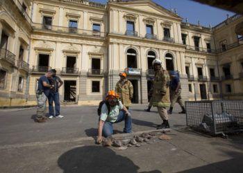 Un trabajador del Museo Nacional de Brasil organiza piezas rescatadas un día después de un devastador incendio. Foto: Silvia Izquierdo / AP.