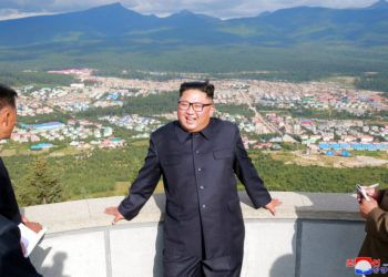 Kim Jong Un visitando un proyecto de construcción en Samjiyon, una ciudad cerca de la frontera con China. Foto: Korean Central News Agency / Korea News Service vía AP.