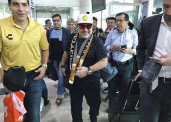 Diego Maradona en el aeropuerto de Culiacán, México, el sábado 8 de septiembre de 2018. Foto: Prensa Club Dorados de Sinaloa vía AP.