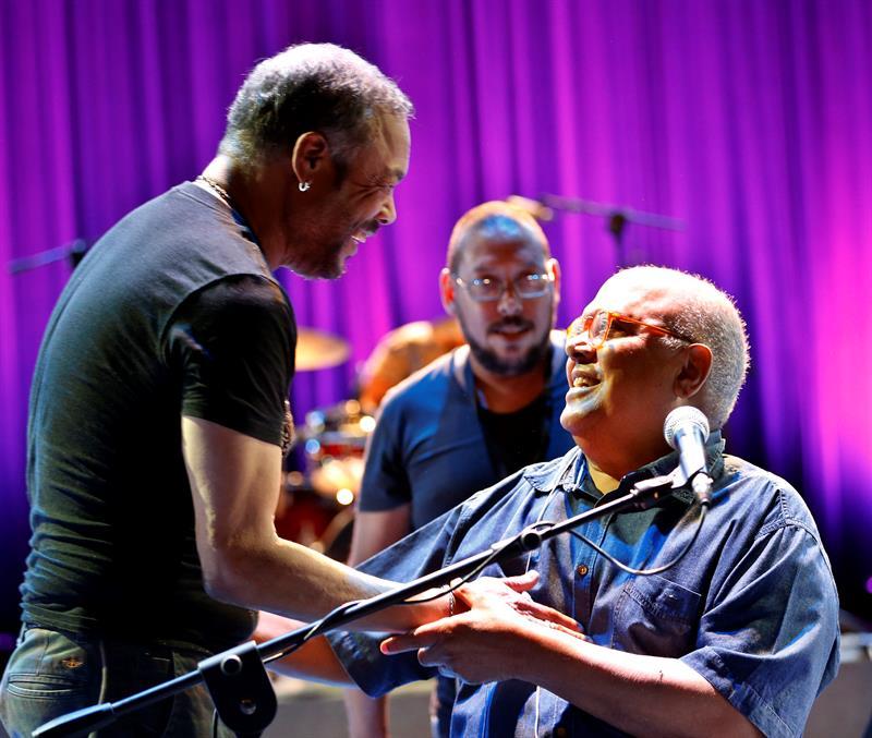 Pablo Milanés junto a Pancho Céspedes, con quien compartió dos temas durante el concierto. Foto: Ernesto Mastrascusa, EFE.