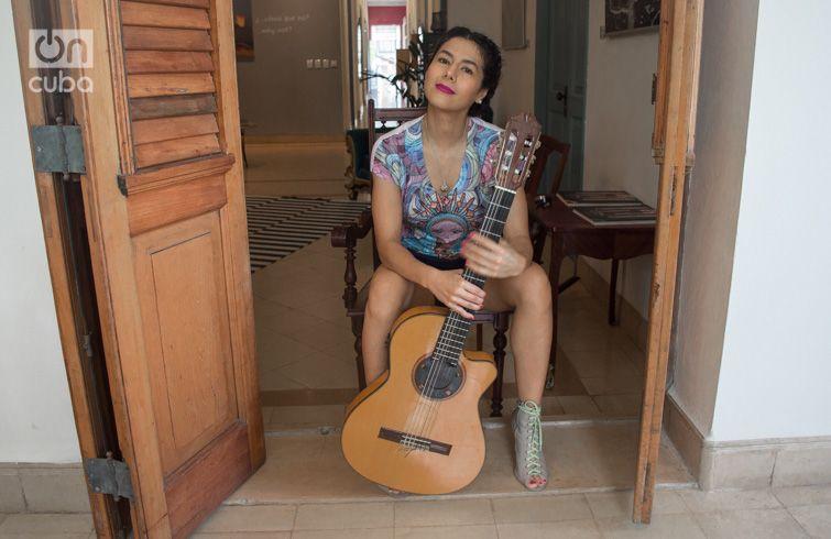 Hoy Rosalía León estará junto al guitarrista César Huesca en el teatro del Museo Nacional de Bellas Artes, acompañada además de las voces de Haydée Milanés y Athanai, y de las guitarras de Raúl Verdecia y Dayron Ortiz, de Cuba. Foto: Otmaro Rodríguez.