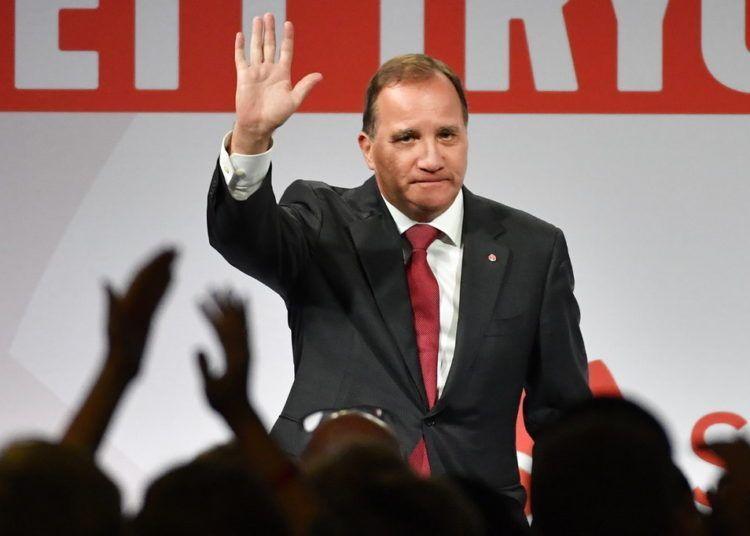 El primer ministro y dirigente del Partido Socialdemócrata de Suecia, Stefan Lofven, saluda durante un evento del partido en Estocolmo, el domingo 9 de septiembre de 2018. Foto: Jonas Ekströmer / TT vía AP.