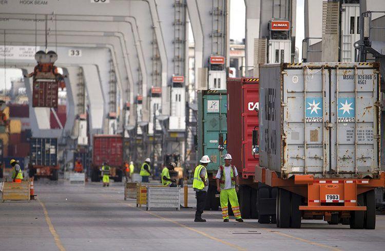 Trabajadores en el Puerto de Savannah, Georgia, por donde entran a EE.UU. importaciones procedentes de China. Foto: Stephen B. Morton / AP.