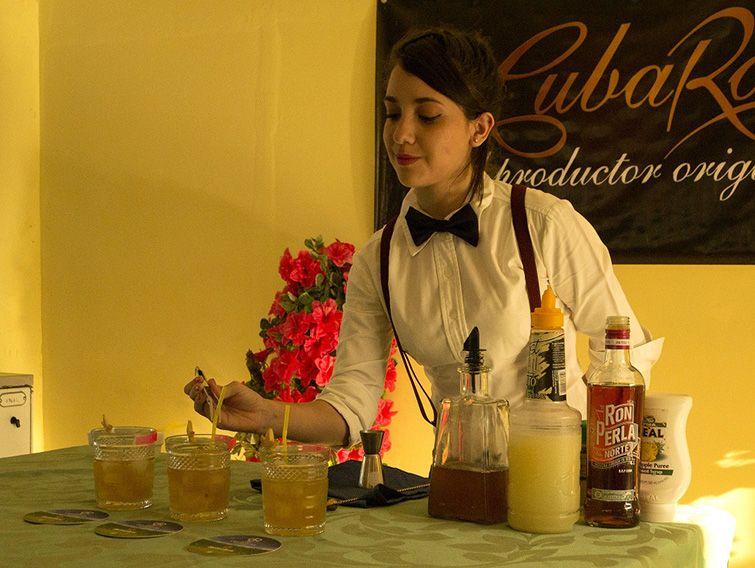 La joven cantinera cubana Arlena García. Foto: Ovidio Acosta / ACN.