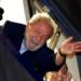 El expresidente de Brasil, Luiz Inácio Lula da Silva, saluda a sus seguidores en Sao Bernardo do Campo, Brasil, antes de su encarcelación. Foto: Nelson Antoine / AP.