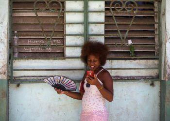 Una mujer usa su teléfono para navegar en internet en La Habana. Foto: Desmond Boylan / AP / Archivo.