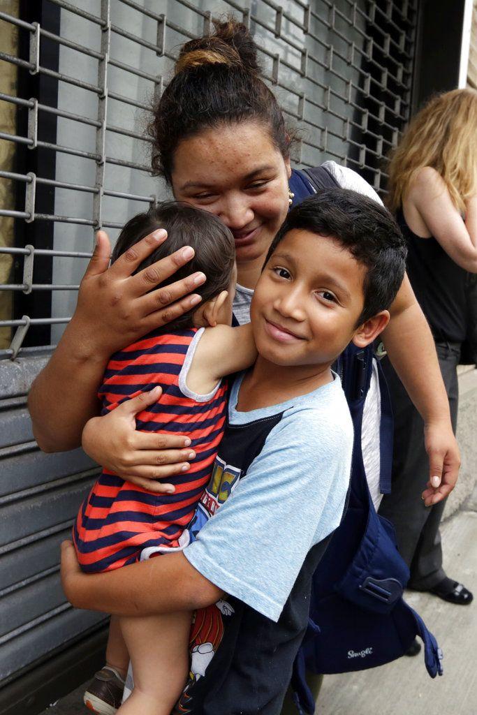 Nahun Eduardo Puerto Pineda, un niño hondureño de 8 años de edad, con su hermanito de 2 años. Foto: Richard Drew/AP.