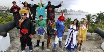 Jóvenes cubanos disfrazados comos de personajes de los animes japoneses este domingo de septiembre del 2018, en La Habana, Cuba. Foto: Ernesto Mastrascusa / EFE.