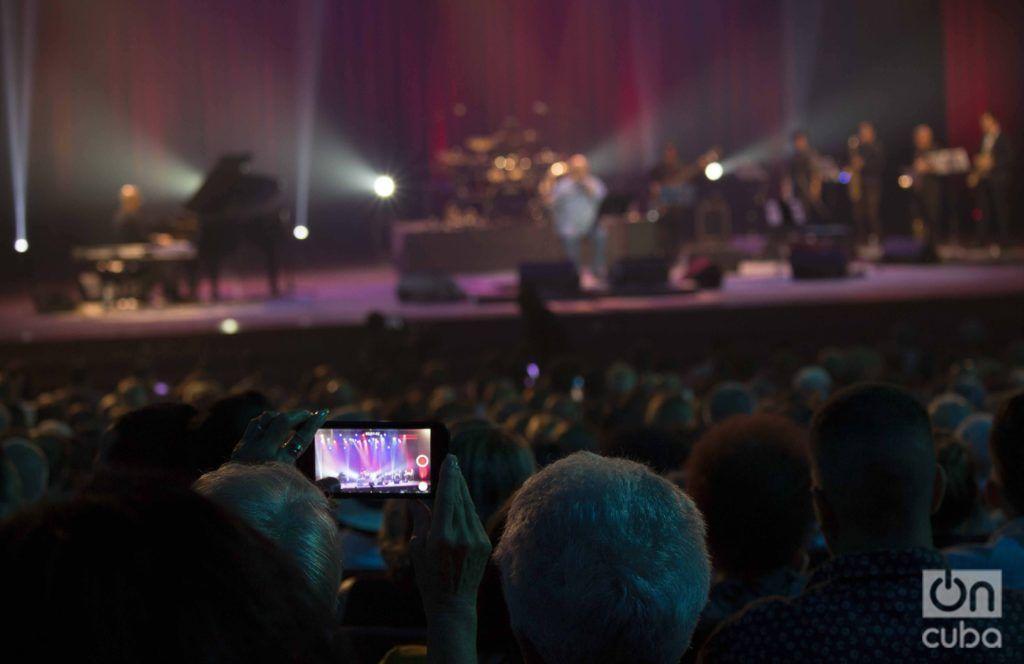 Con un teatro a reventar, el cantautor de 75 años hiló un espectáculo donde repasó su carrera artística desde sus inicios hasta hoy para las 5 mil personas presentes.