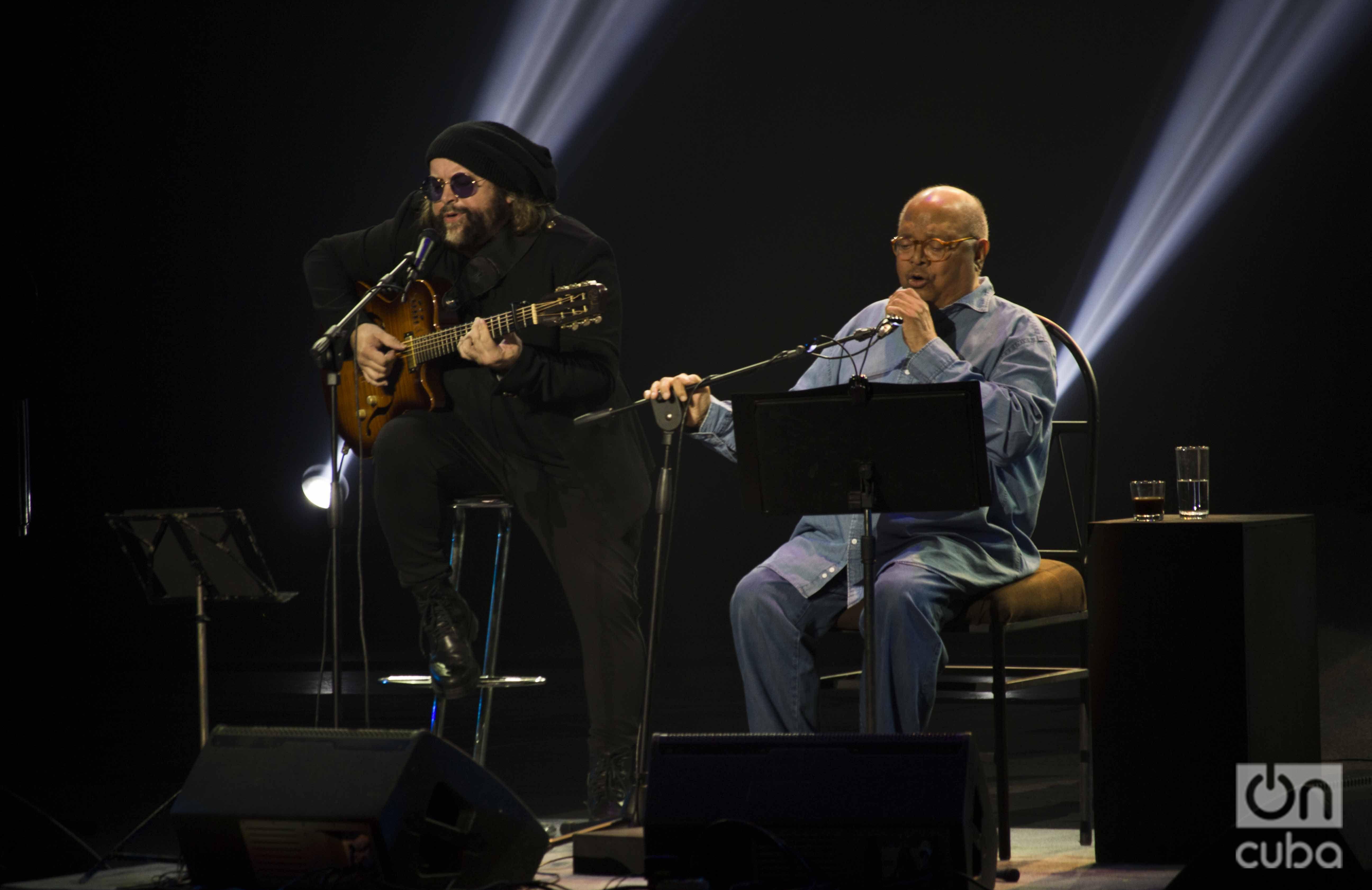 """Pablo Milanés (d) y Carlos Varela durante el concierto """"Mi Habana"""", en el teatro Karl Marx, en septiembre de 2018."""