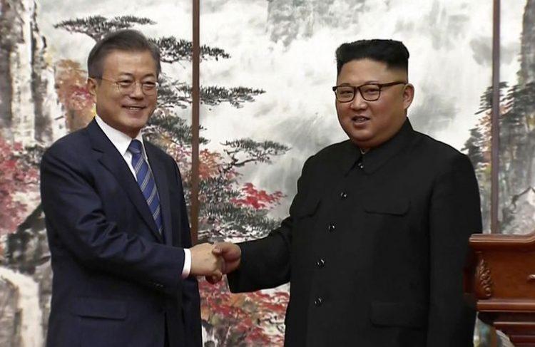 El líder norcoreano Kim Jong Un (derecha) y el presidente surcoreano Moon Jae-in se dan la mano al final de una conferencia de prensa conjunta en Pyongyang, el miércoles 19 de septiembre de 2018. Foto: Korea Broadcasting System vía AP.
