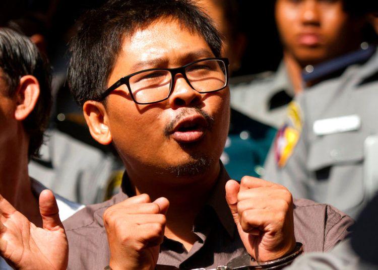 El fotorreportero de Reuters Wa Lone sale de la corte tras su juicio en las afueras de Rangún, Myanmar, 7 de marzo de 2018. Foto: Thein Zaw / AP.