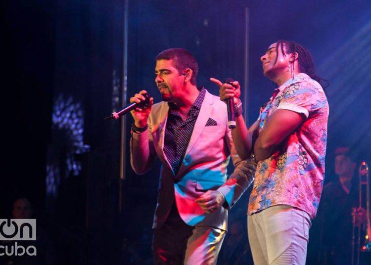 Roldán (izq) y Yotuel, durante el concierto de Orishas en el Festival Havana World Music en marzo de 2018. Foto: Claudio Pelaez Sordo.