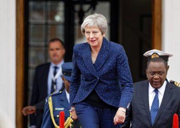 La primera ministra de Gran Bretaña, Theresa May, sale de su residencia oficial, en el 10 de Downing Street, para asistir a una sesión de control parlamentaria en Londres, junio de 2018. Foto: Kirsty Wigglesworth / AP.