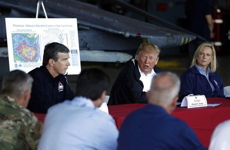 El presidente Donald Trump hace declaraciones en un hangar en la estación aérea Cherry Point del Cuerpo de Infantería de Marina de Estados Unidos en Havelock, Carolina del Norte, el miércoles 19 de septiembre de 2018. Le acompañan el gobernador de Carolina del Norte, Roy Cooper, a la izquierda, y la secretaria de Seguridad Nacional, Kirstjen Nielsen, a la derecha. Foto: Evan Vucci / AP.