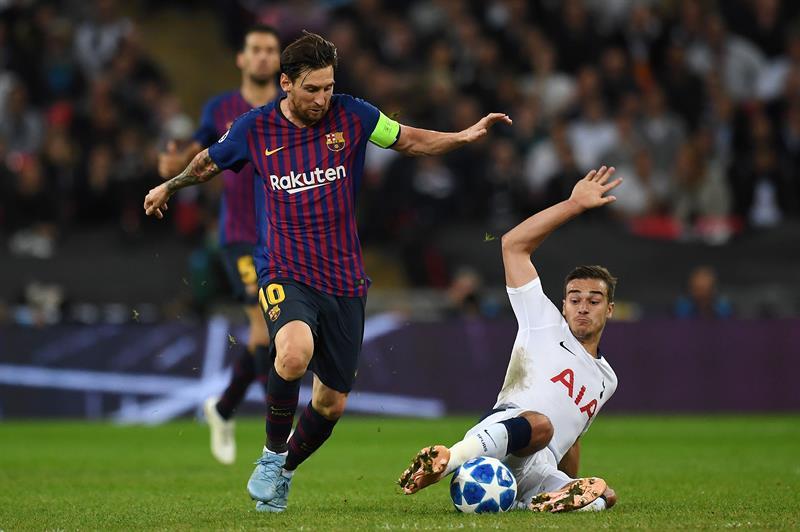 Harry Winks, de Tottenham, disputa un balón con Lionel Messi, líder del Barcelona en la victoria 2-4 en la Liga de Campeones (Reino Unido). EFE/ANDY RAIN