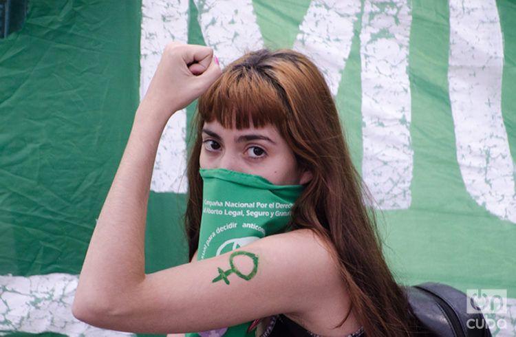 Manifestante a favor del aborto en Argentina. Foto: Kaloian.