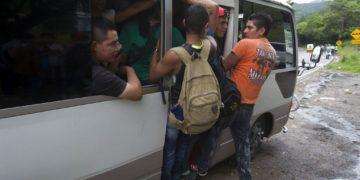 Migrantes hondureños consiguen un transporte en su viaje a pie hacia Estados Unidos, en Chiquimula, Guatemala, el 16 de octubre de 2018. Foto: Moisés Castillo / AP.