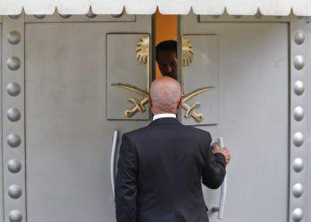 Un hombre ingresa al consulado de Arabia Saudí en Estambul, el viernes 19 de octubre de 2018. (AP Foto/Lefteris Pitarakis)