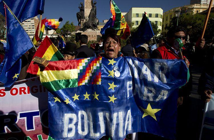 Una mujer grita pidiendo un fallo favorable a Bolivia en la Corte Internacional de Justicia en La Paz, Bolivia, este lunes 1 de octubre de 2018. La corte con sede en La Haya rechazó una solicitud de Bolivia para que sus jueces ordenen a Chile negociar una forma de otorgar a Bolivia acceso al océano Pacífico. Foto: Juan Karita / AP.