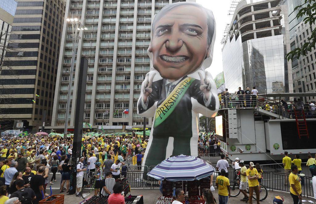 Un enorme globo con la forma del candidato presidencial Jair Bolsonaro, durante una manifestación en la Avenida Paulista de Sao Paulo, Brasil. Foto: Andre Penner/AP.