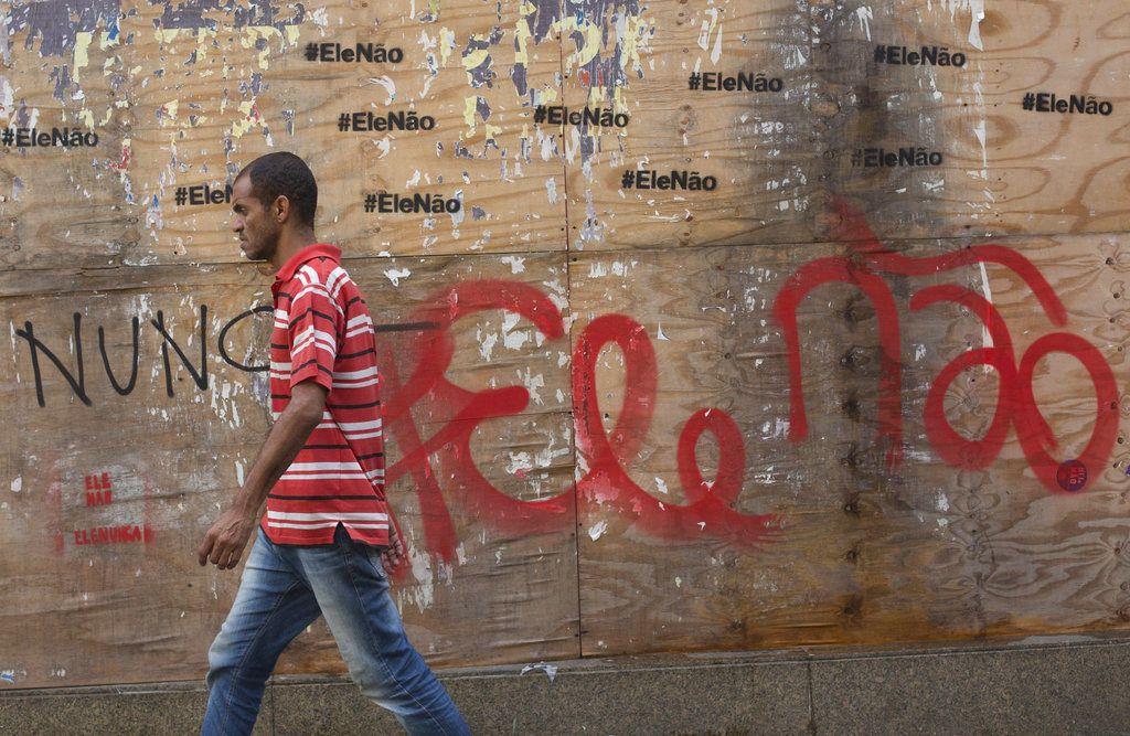 Pintadas en contra de Bolsonaro en las calles de Sao Paulo. Foto: AP.