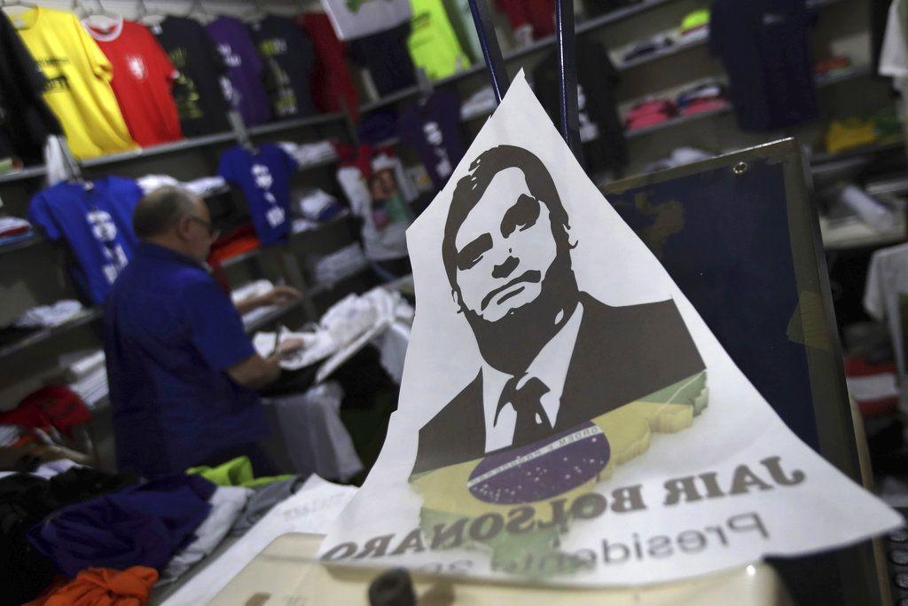 Una calcomanía con la imagen de Jair Bolsonaro sobre el mostrador de una tienda en el vecindario de Núcleo Bandeirante, cerca del centro de Brasilia, Brasil. Foto: Eraldo Peres/AP.