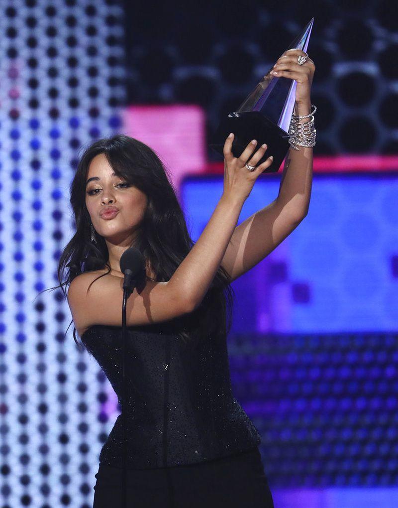 """Camila Cabello recibe el premio a la canción favorita de pop/rock por """"Havana"""" durante la ceremonia de los American Music Awards, el martes 9 de octubre del 2018 en el Teatro Microsoft en Los Ángeles. Foto: Matt Sayles / Invision / AP."""