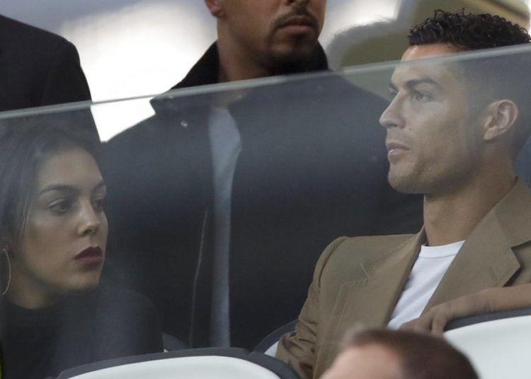 El delantero de la Juventus Cristiano Ronaldo y su pareja Georgina en la tribuna previo al partido contra Young Boys en la Liga de Camoeones, en el estadio Allianza de Turín, el martes 2 de octubre de 2018. Foto: Luca Bruno / AP.