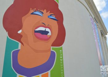 """Portada de la exposición """"Celia por siempre"""" a la entrada del Museo de la Diáspora, en Miami. Foto: Marita Pérez Díaz"""