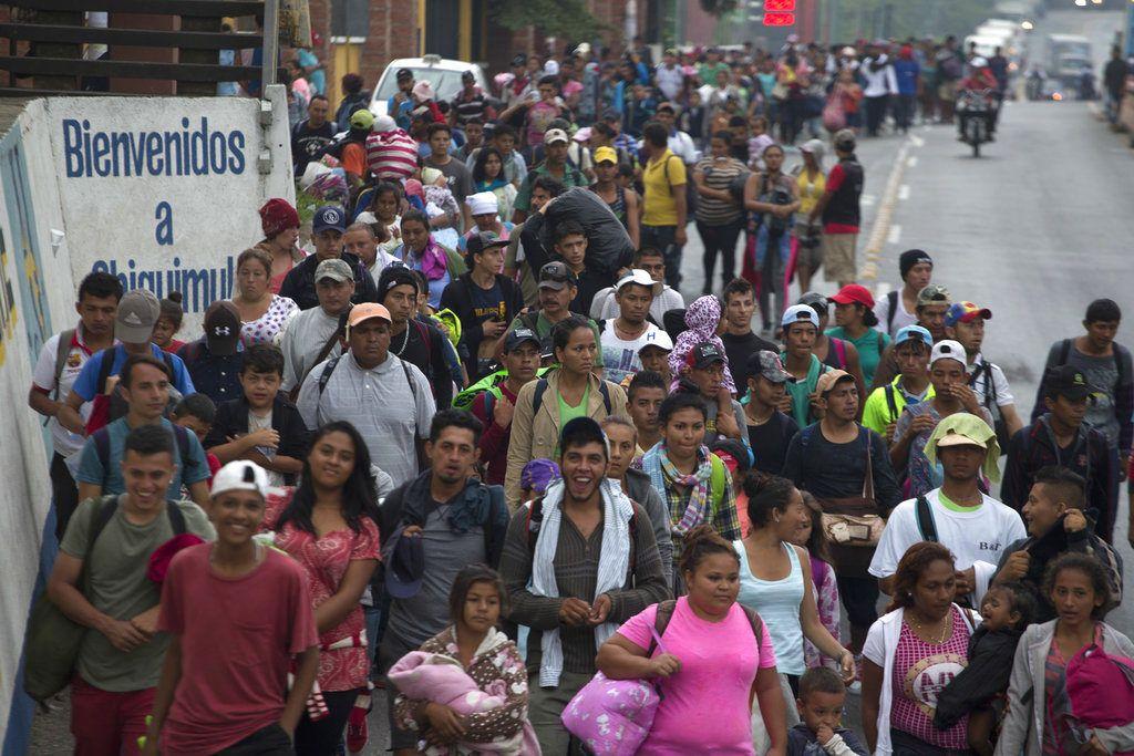 Los migrantes hondureños que intentan llegar a Estados Unidos comienzan su día saliendo de Chiquimula, Guatemala, el miércoles 17 de octubre de 2018. (AP Foto / Moises Castillo)