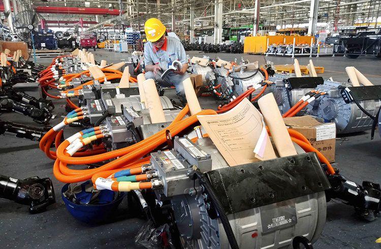 Trabajador en una fábrica de partes de automóviles en Liaocheng, en la provincia de Shandong, en el este de China. Foto: Chinatopix vía AP.