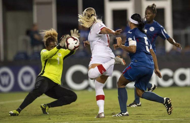 La selección cubana de fútbol femenino (de azul) fue goleada por Canadá en el Premundial de la Concacaf que se desarrolla en Estados Unidos. Foto: concacaf.com