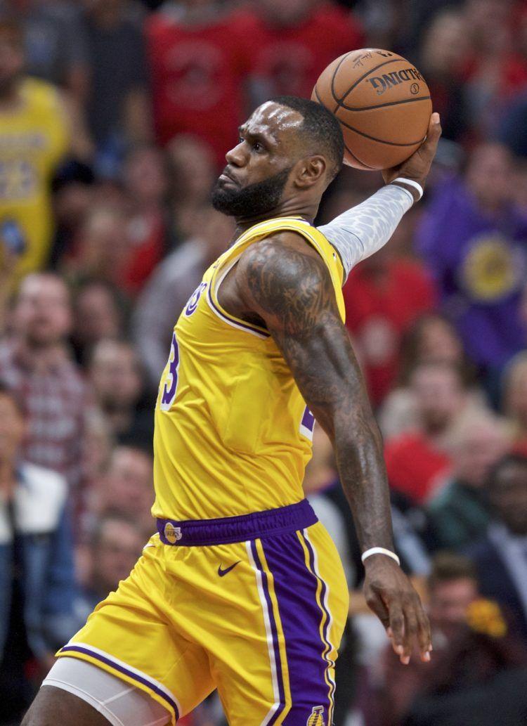 LeBron James, de los Lakers de Los Ángeles, se prepara par encestar un mate durante la primera parte del juego de la NBA que enfrentó a su equipo con los Trail Blazers de Portland, el 18 de octubre de 2018 en Portland, Oregon. (AP Foto/Craig Mitchelldyer)